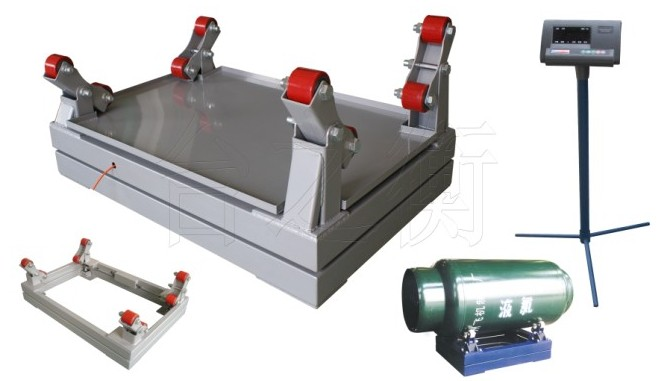 "TCS-E型 双层 电子钢瓶秤 ,台面采用碳钢也可选不锈钢钢板覆盖,可防止液氯外泻时对秤体腐。 受力部位采用尼龙滑轮(氯瓶托架)与复合弹簧缓冲装置,能有效防止氯瓶对秤体的冲击。 支架采用与氯瓶相吻合的能根据氯瓶外形大小自动调整的""V""形导向装置。 采用上下双秤台设计,中间有三梁式传感器单支撑,与传统双梁式传感器相。 比具有抗偏、抗扭,过载能力强、精度高的特点,传感器安装在中间。能避免液氯对传感器的腐蚀。 传感器外表采用塑封处理,防止腐蚀。 下秤体采用调节螺杆支撑,方便对秤体在不同位"